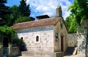 Одна из немногочисленных достопримечательностей Росе - церковь Св. Введения Богородицы или Gospa od karmena по-черногорски. Местные зовут ее просто церковью Св. Госпы.