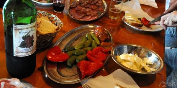 Легкий обед из каймака, колбасиц, маринованных огурчиков и перчиков :)